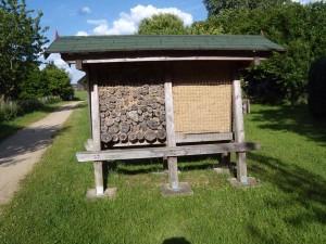 Ein Wildbienenhotel auf dem Land